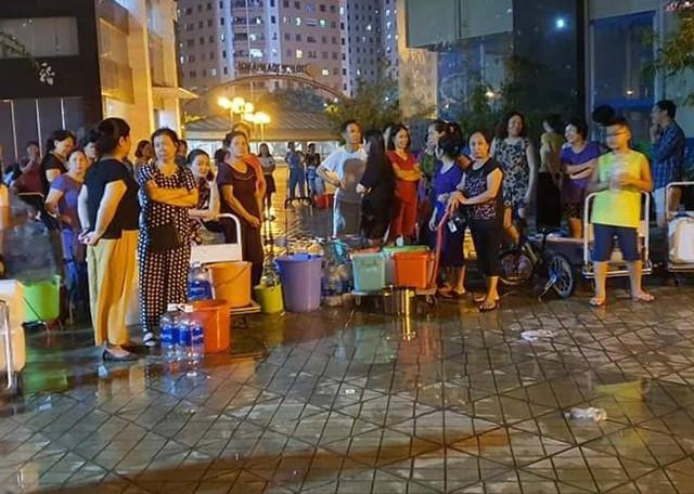 Hà Nội: Gần 0h đêm, người dân vẫn xếp hàng dài như thời bao cấp xách từng can nước - Ảnh 11.