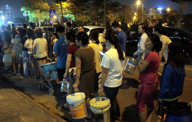 Hà Nội: Gần 0h đêm, người dân vẫn xếp hàng dài như thời bao cấp xách từng can nước - Ảnh 3.