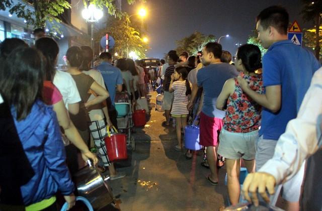 Hà Nội: Gần 0h đêm, người dân vẫn xếp hàng dài như thời bao cấp xách từng can nước - Ảnh 4.