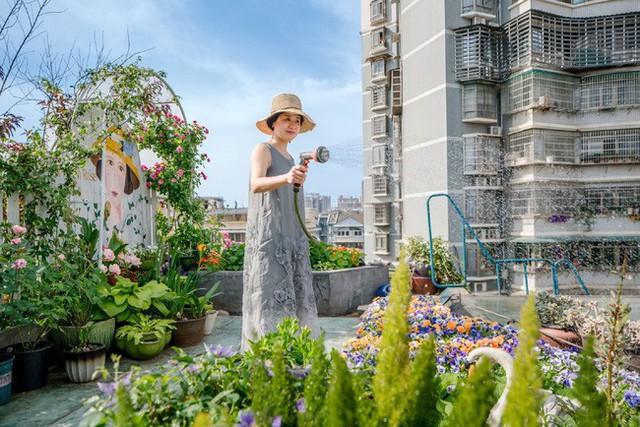 Tận dụng mái nhà bỏ hoang, người phụ nữ 45 tuổi đã biến toàn bộ không gian thành khu vườn địa đàng - Ảnh 4.