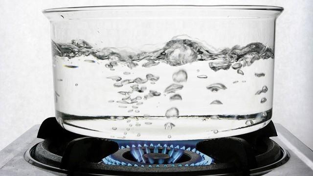 Đun sôi nước lọc từ máy trước khi uống - quan điểm sai lầm nhiều người mắc - Ảnh 1.