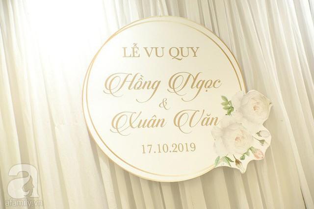 Lễ ăn hỏi của Giang Hồng Ngọc tại nhà riêng: Không gian trang nhã phủ đầy hoa tươi, cô dâu xinh đẹp vừa dịu dàng vừa gợi cảm - Ảnh 7.