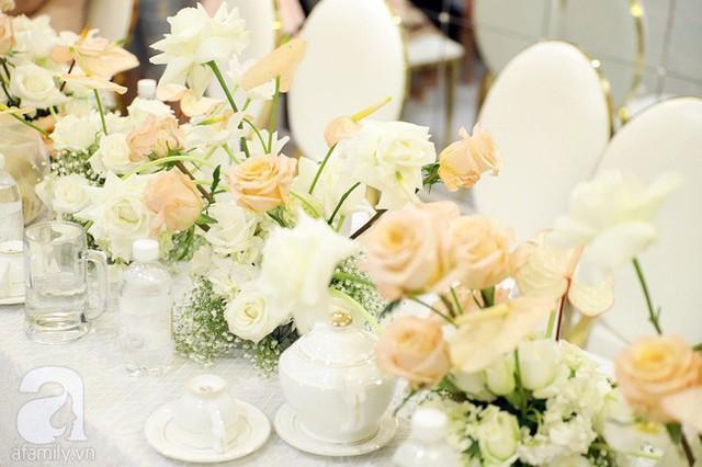 Lễ ăn hỏi của Giang Hồng Ngọc tại nhà riêng: Không gian trang nhã phủ đầy hoa tươi, cô dâu xinh đẹp vừa dịu dàng vừa gợi cảm - Ảnh 8.
