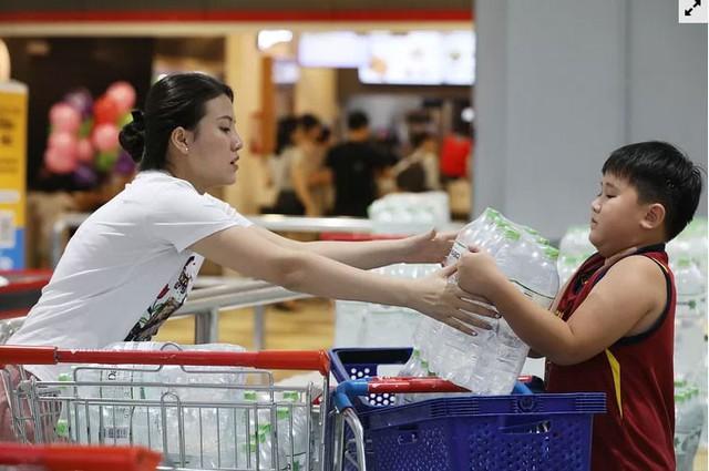 Người dân ùn ùn đi mua nước trong siêu thị - Ảnh 1.