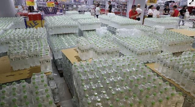 Người dân ùn ùn đi mua nước trong siêu thị - Ảnh 2.