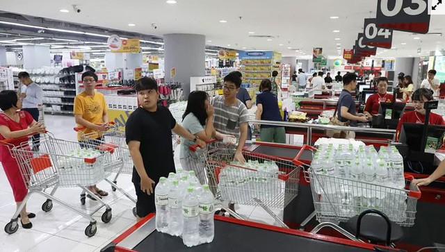 Người dân ùn ùn đi mua nước trong siêu thị - Ảnh 3.