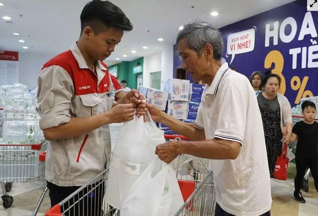 Người dân ùn ùn đi mua nước trong siêu thị - Ảnh 4.
