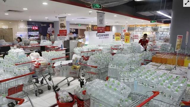 Người dân ùn ùn đi mua nước trong siêu thị - Ảnh 5.
