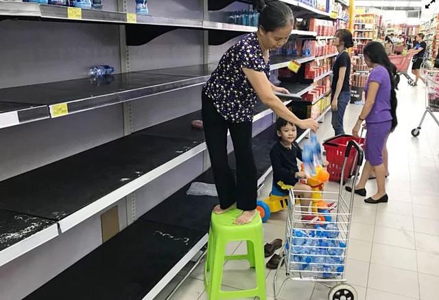 Người dân ùn ùn đi mua nước trong siêu thị - Ảnh 6.