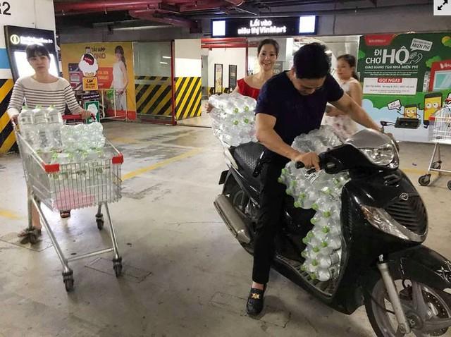 Người dân ùn ùn đi mua nước trong siêu thị - Ảnh 7.