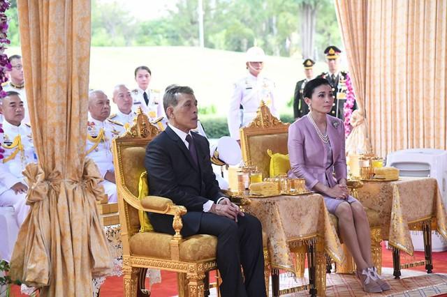 Hoàng hậu Thái Lan xuất hiện tình cảm bên chồng trong khi Hoàng quý phi lẻ loi một mình, đeo tạp dề nấu ăn từ thiện - Ảnh 2.