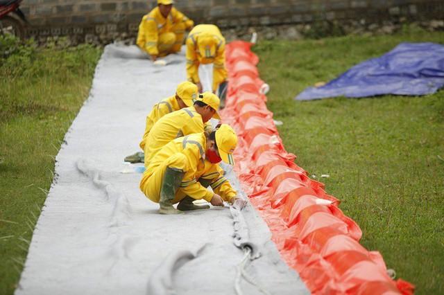 Nhà máy nước sông Đà được lắp màng ngăn dầu  - Ảnh 1.