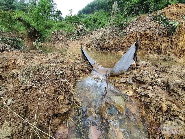 Mùi khủng khiếp ở đồi Mông, nơi xả thải xuống nhà máy nước sông Đà - Ảnh 13.