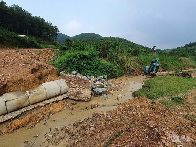 Mùi khủng khiếp ở đồi Mông, nơi xả thải xuống nhà máy nước sông Đà - Ảnh 14.