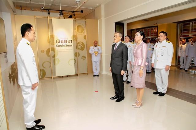 Hoàng hậu Thái Lan xuất hiện tình cảm bên chồng trong khi Hoàng quý phi lẻ loi một mình, đeo tạp dề nấu ăn từ thiện - Ảnh 3.
