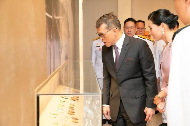 Hoàng hậu Thái Lan xuất hiện tình cảm bên chồng trong khi Hoàng quý phi lẻ loi một mình, đeo tạp dề nấu ăn từ thiện - Ảnh 5.