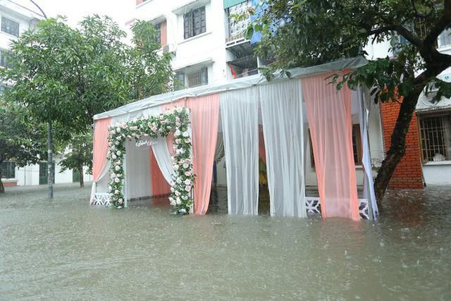 Nước ngập cao ngang cửa sổ, nhà trai dùng phao bơi kéo lễ ăn hỏi tới nhà gái - Ảnh 8.