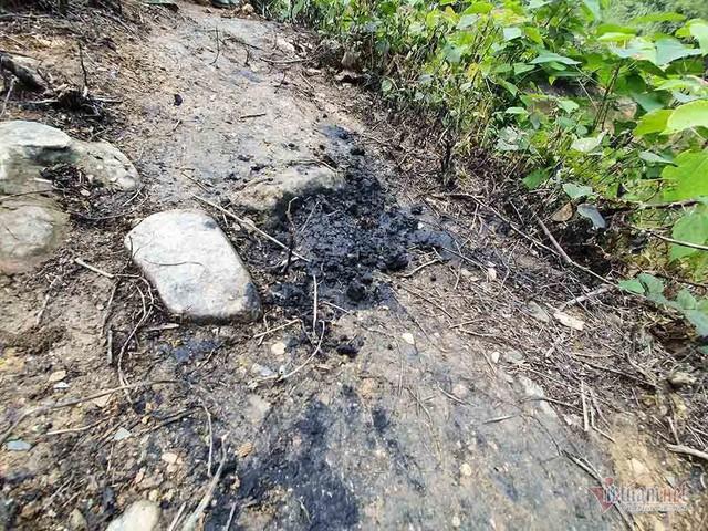 Mùi khủng khiếp ở đồi Mông, nơi xả thải xuống nhà máy nước sông Đà - Ảnh 10.