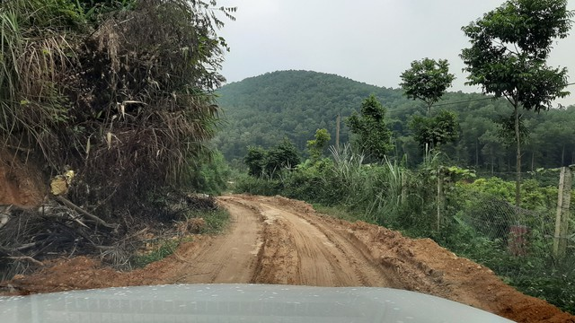 Lần theo đường đi của 2 chiếc ô tô mang 10m3 dầu thải đổ vào nguồn nước sông Đà - Ảnh 5.