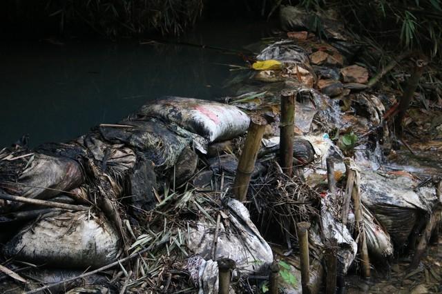 Lần theo đường đi của 2 chiếc ô tô mang 10m3 dầu thải đổ vào nguồn nước sông Đà - Ảnh 4.