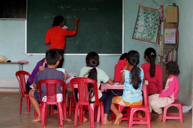 Lớp học miễn phí của vợ chồng giáo viên phố núi  - Ảnh 2.