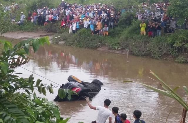 Xác định danh tính, nguyên nhân 3 người tử vong trong xe Mercedes dưới kênh ở Tiền Giang - Ảnh 2.