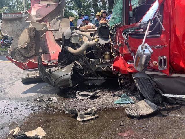 TP.HCM: Cuộn thép hàng chục tấn bị đứt xích lăn đè bẹp dúm xe đầu kéo, 2 người thương vong - Ảnh 4.