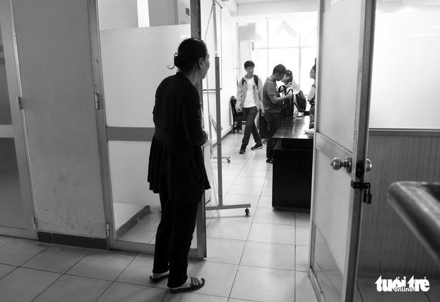 Người mẹ miệt mài cõng con bại liệt đến giảng đường đại học - Ảnh 2.