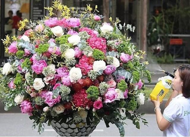 Đây là 9 bình/lẵng hoa đắt khủng khiếp trong ngày 20/10 mà nhiều chị em đã được tặng - Ảnh 3.