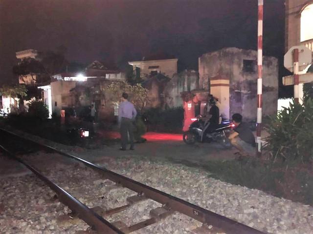 Hải Phòng: Băng qua đường ngang, một phụ nữ bị tàu hỏa húc văng tử vong - Ảnh 2.