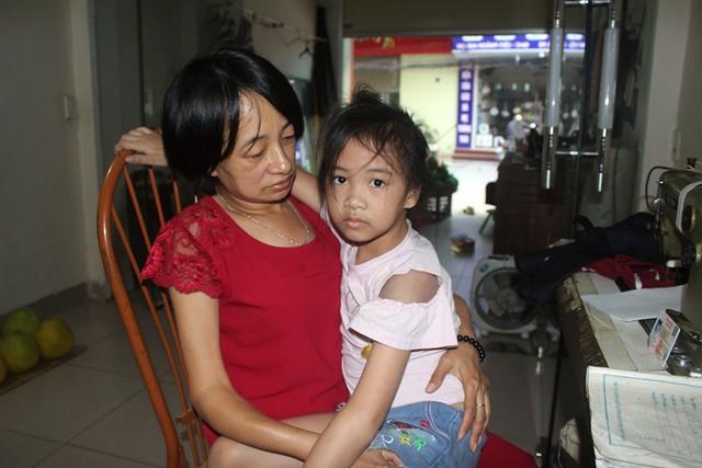 Câu chuyện đặc biệt về người mẹ đơn thân bệnh tật bế con đến lớp học hàng ngày - Ảnh 3.