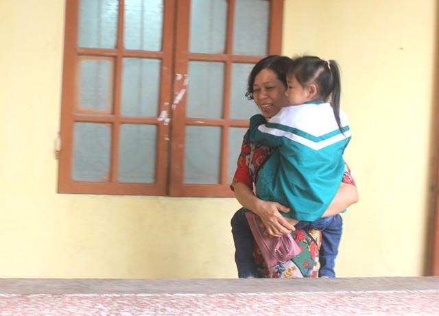 Câu chuyện đặc biệt về người mẹ đơn thân bệnh tật bế con đến lớp học hàng ngày - Ảnh 14.