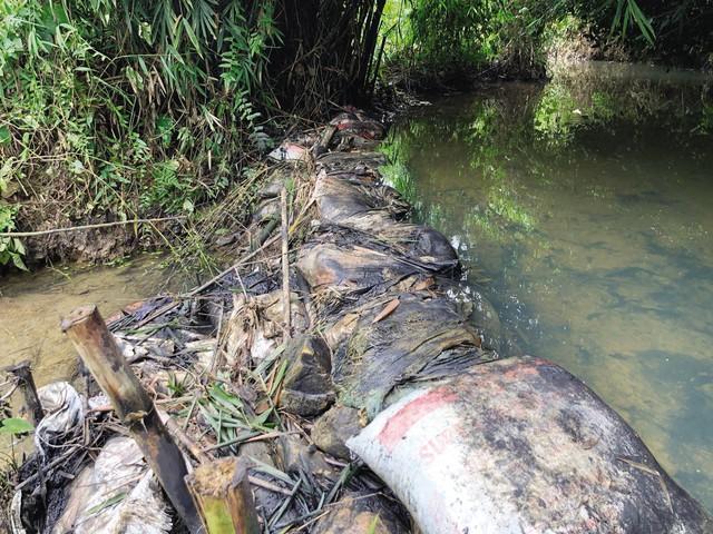 """Sau vụ nước sông Đà nhiễm dầu thải: Nhiều """"lỗ hổng"""" trong khâu quản lý nguồn nước sinh hoạt - Ảnh 1."""