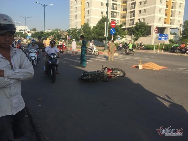 Vợ khóc ngất nhận xác chồng bị xe rước học sinh cán chết ở Sài Gòn - Ảnh 1.