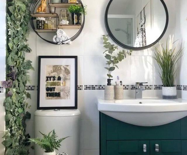 Phòng tắm đơn điệu màu trắng đẹp lung linh trong phút chốc khi decor với cây xanh - Ảnh 2.