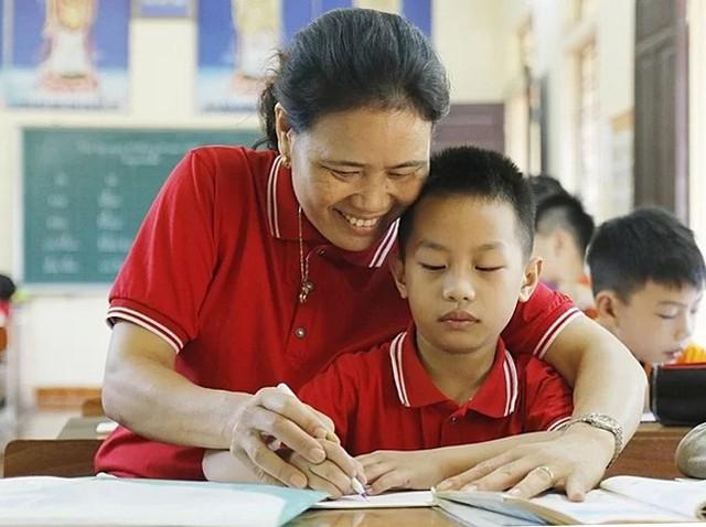 Cô giáo dành nửa cuộc đời giúp trẻ khuyết tật  - Ảnh 2.