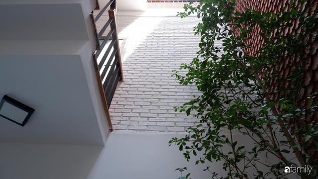 Căn nhà phố có khoảng thông tầng nhiều cây xanh và ánh sáng của chàng KTS trẻ dành tặng vợ mới cưới ở Hội An - Ảnh 11.