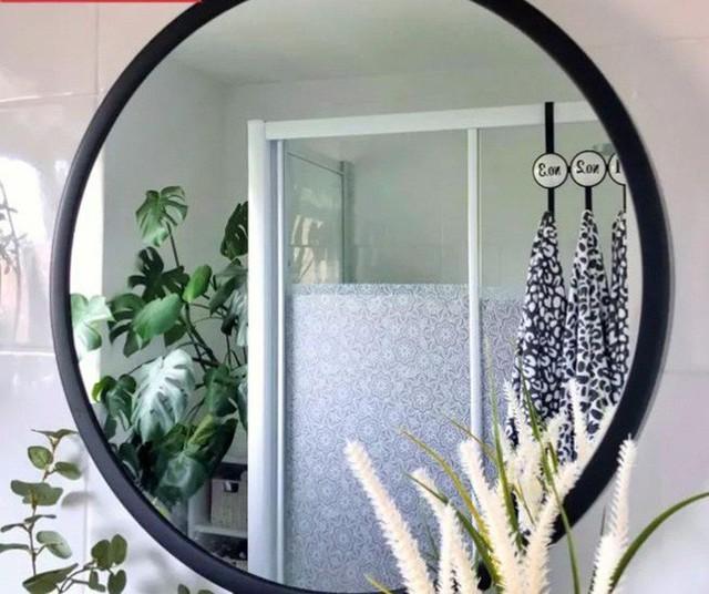 Phòng tắm đơn điệu màu trắng đẹp lung linh trong phút chốc khi decor với cây xanh - Ảnh 3.