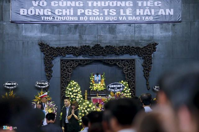 Dòng người tiễn biệt Thứ trưởng GD&ĐT Lê Hải An - Ảnh 4.
