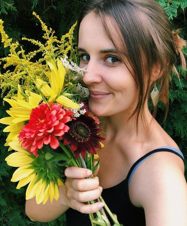 Khu vườn đẹp như tranh vẽ khiến nhiều người ngẩn ngơ khi bước qua của cô gái 20 tuổi có niềm đam mê trồng trọt - Ảnh 4.