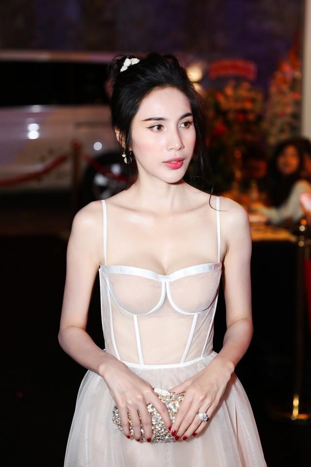 Mỹ nhân Việt cùng diện váy quây ngực: Người lên hương, kẻ thảm họa - Ảnh 15.
