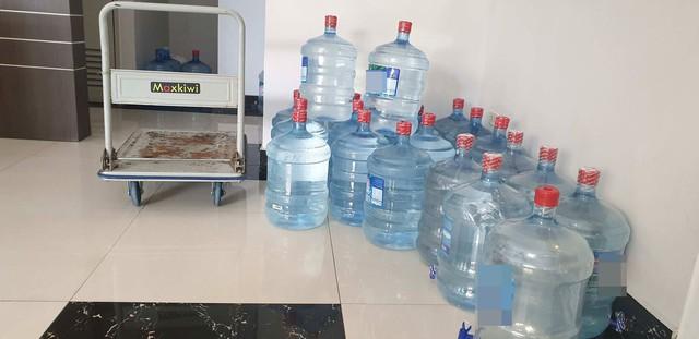 Sau sự cố nước sông Đà nhiễm dầu thải: Nhiều cư dân mòn mỏi chờ được thau rửa bể chứa nước - Ảnh 4.