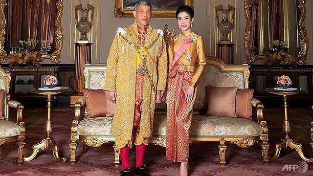Hoàng gia Thái xóa lý lịch và hình ảnh hoàng quý phi khỏi website - Ảnh 1.