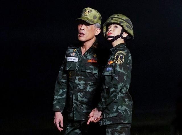 Hoàng gia Thái xóa lý lịch và hình ảnh hoàng quý phi khỏi website - Ảnh 2.