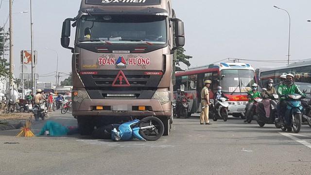 Vợ chồng tử vong, con gái trọng thương khi xe container cuốn vào gầm - Ảnh 1.