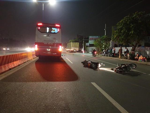 Chạy xe máy song song, 2 người bạn mắc tay lái ngã ra đường, 1 người bị xe khách cán chết - Ảnh 2.