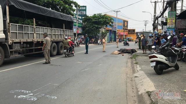 Né xe từ hẻm lao ra, người phụ nữ bị xe tải cán chết trên đường Sài Gòn - Ảnh 1.