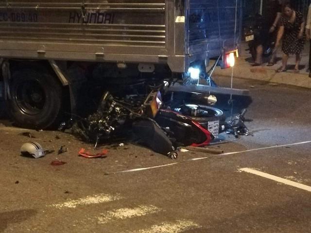 Tông vào đuôi xe tải, xe máy vỡ nát, thanh niên thiệt mạng ở Quảng Nam - Ảnh 1.