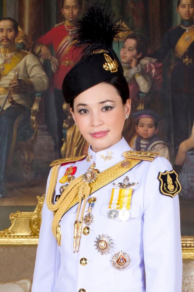 Cuộc cạnh tranh giữa hoàng hậu và hoàng quý phi bên cạnh nhà vua Thái - Ảnh 2.