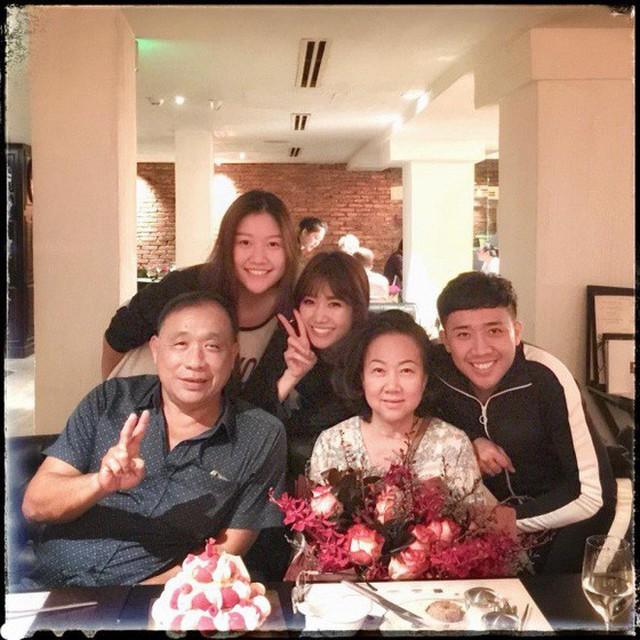 Fan liên tục thắc mắc vì Hari Won lần đầu vắng mặt trong tiệc sinh nhật mẹ Trấn Thành - Ảnh 5.